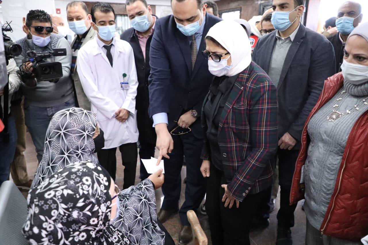 """وزيرة الصحة تتفقد وحدة طب أسرة """"الكيلو 2"""".. وتوجه بتكثيف حملات التثقيف والتوعية الصحية للمنتفعين عن المنظومة الجديدة"""