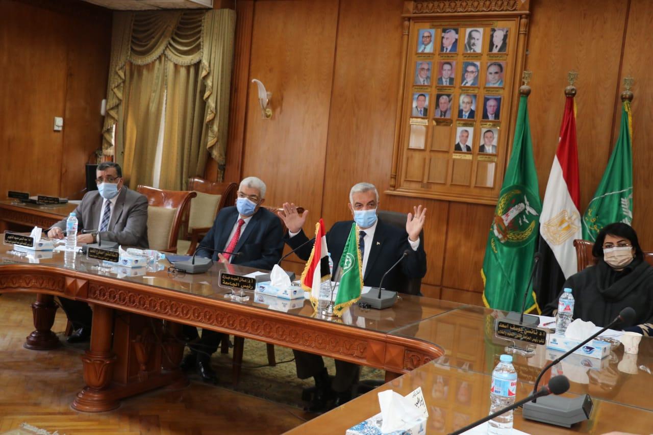 مبارك يعقد الاجتماع الشهرى للجنة المنشآت الجامعية