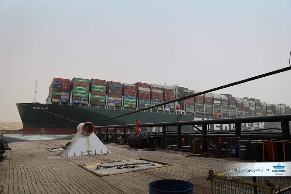 توقعات بتعويم السفينة الجانحة في قناة السويس هذا الأسبوع