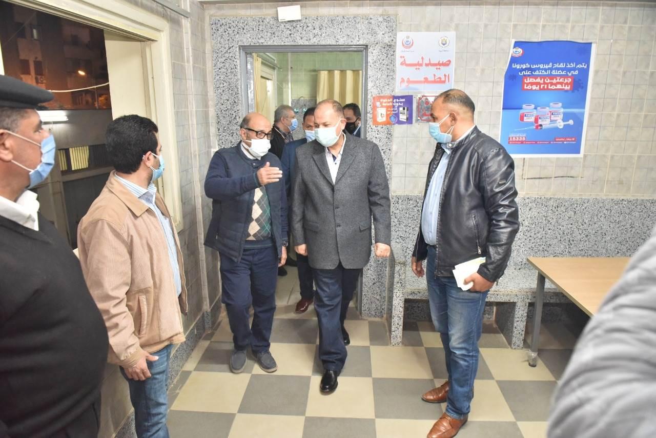 محافظ أسيوط يتفقد سير العمل بمركز تطعيم المواطنين بلقاح كورونا بمستشفى الإيمان العام