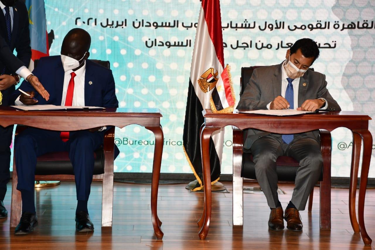 وزير الشباب والرياضة المصري ونظيره بجنوب السودان يوقعان بروتوكول تعاون مشترك بين البلدين