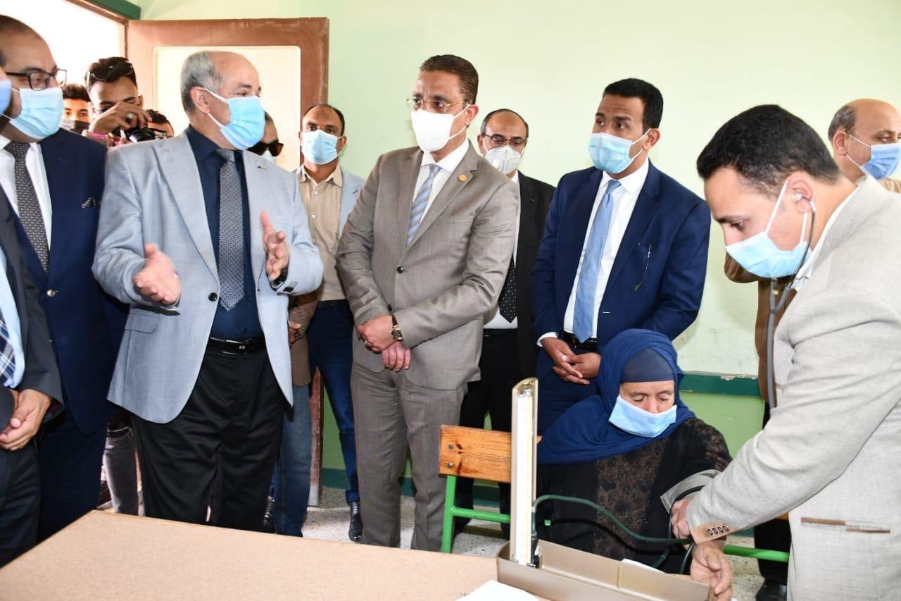 محافظ الفيوم يتفقد أعمال القافلة الطبية الشاملة للجامعة بقرية الجعافرة