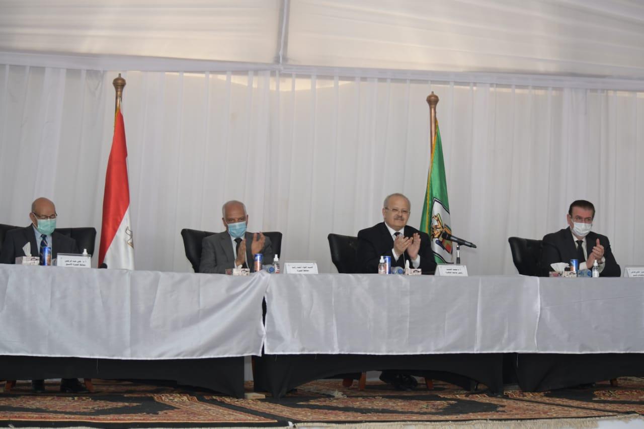 رئيس جامعة القاهرة يسلم عقود الدفعة الأولى بأكبر مشروع إسكان فى تاريخها