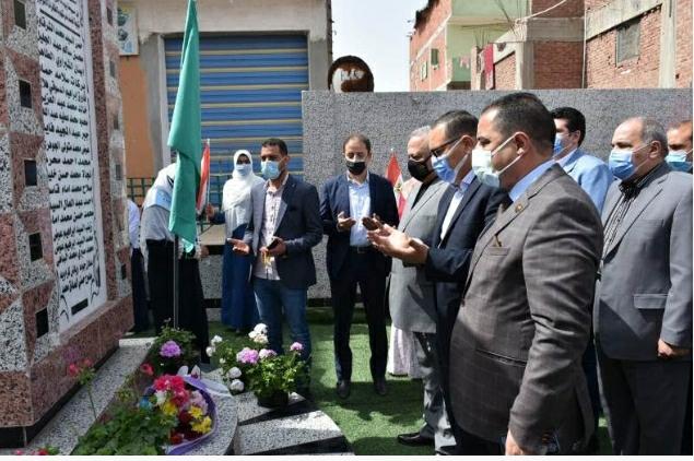 محافظ الشرقية يضع اكليلاً من الزهور على النصب التذكاري لشهداء مدرسة شهداء 2 بحر البقر بمركز الحسينية