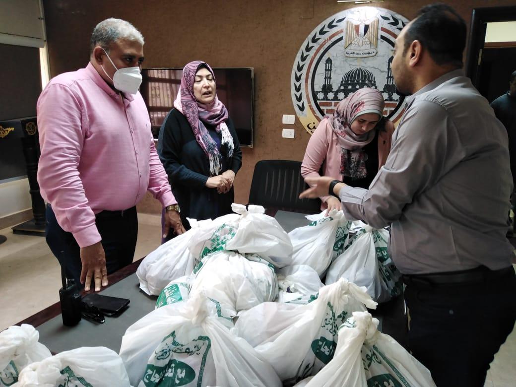 رئيس حى البساتين يوزع شنط رمضان