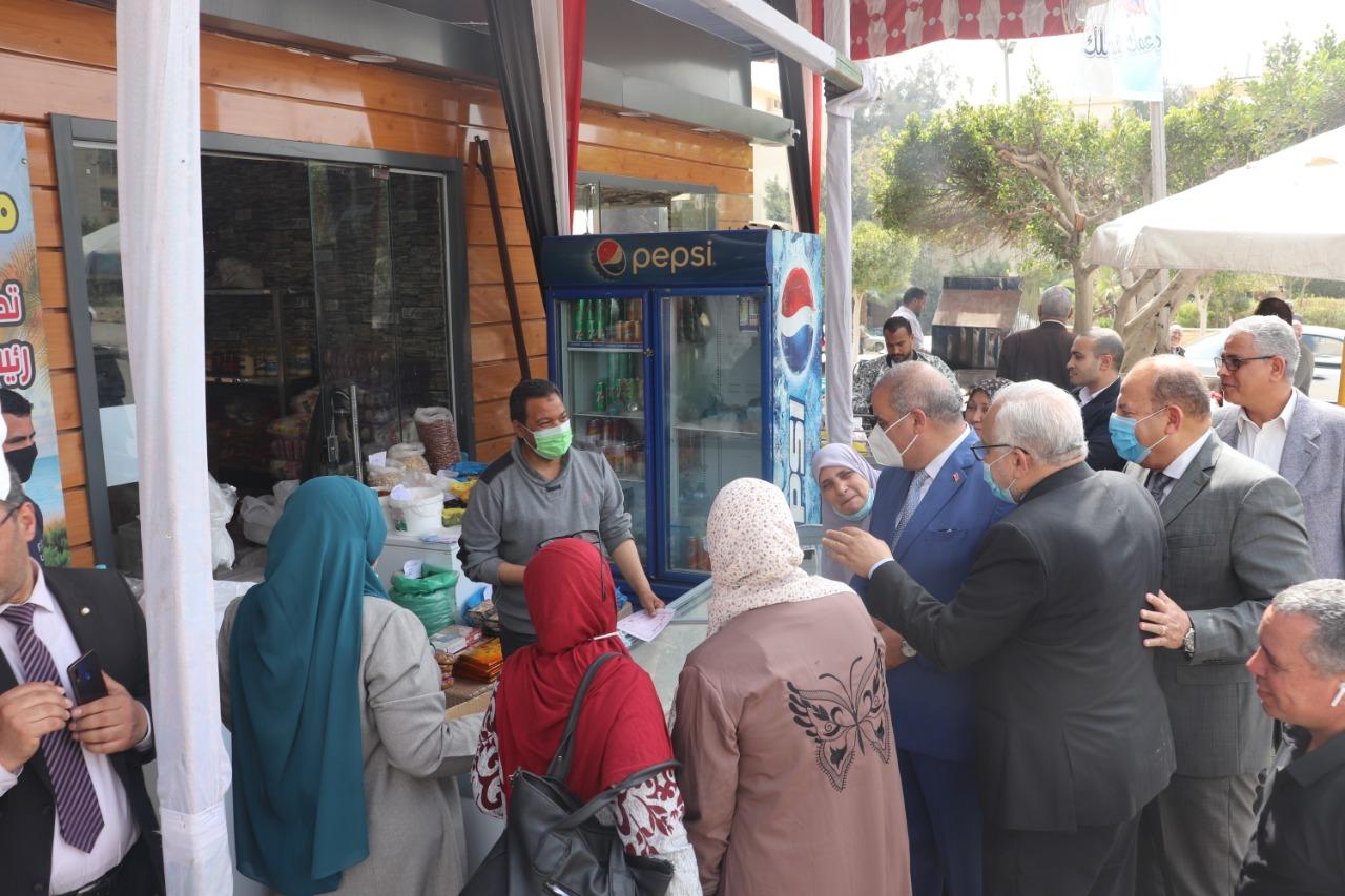 إقبال كبير على منفذِ (أمان) لبيع المنتجات الغذائية بجامعة الأزهر