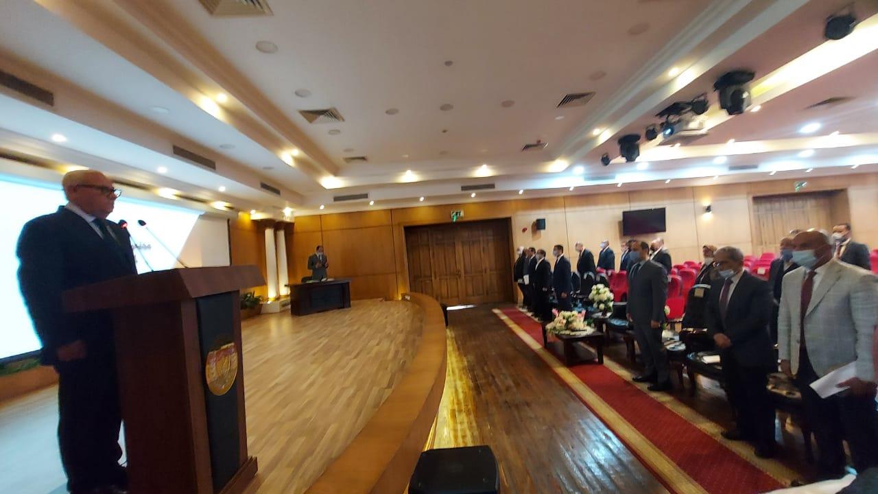 محافظ بورسعيد يبدأ اجتماع مجلس إدارة المنطقة الحرة بالوقوف دقيقة حداد على روح اللواء سماح قنديل محافظ بورسعيد الأسبق