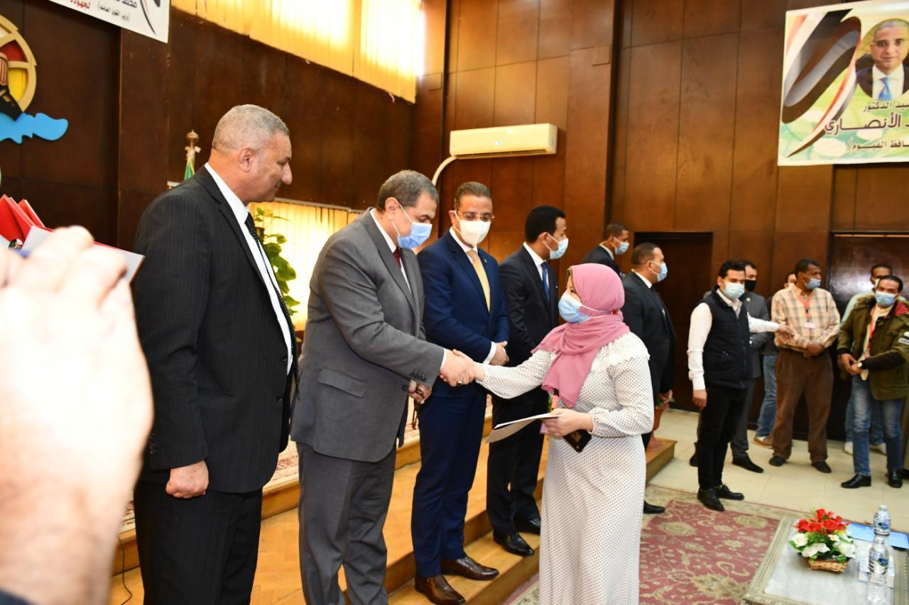وزير القوى العاملة ومحافظ الفيوم يسلمان 112 متدرباً شهادات إتمام التدريببالوحدة المتنقلة
