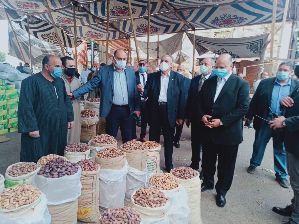 محافظ القاهرة يتفقد سوق الجملة بالعبور