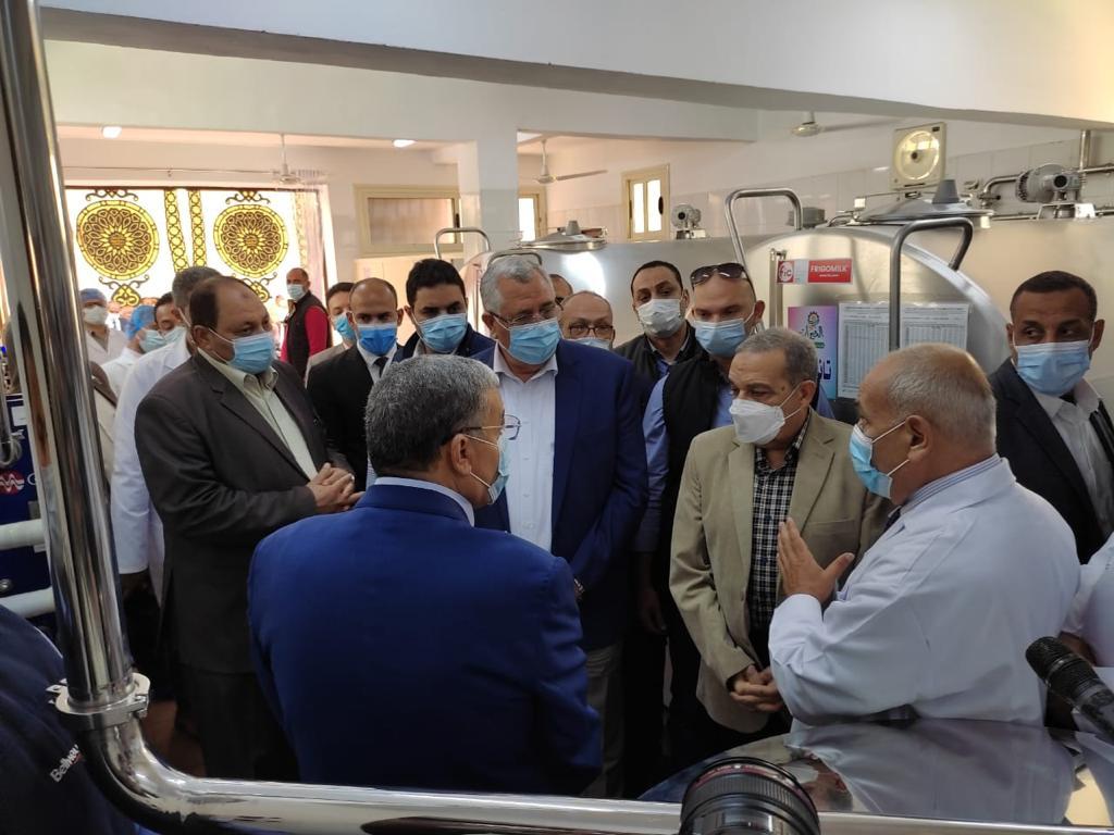 وزيرا الزراعة والانتاج الحربي ومحافظ المنيا يفتحون المركز النموذجي لتجميع الألبان بأبو قرقاص