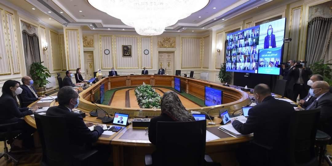 رئيس الوزراء يطالب الوزارات والجهات الحكومية بالاستفادة من الإمكانات المتوافرة بمجمع الإصدارات الذكية والمؤمنة