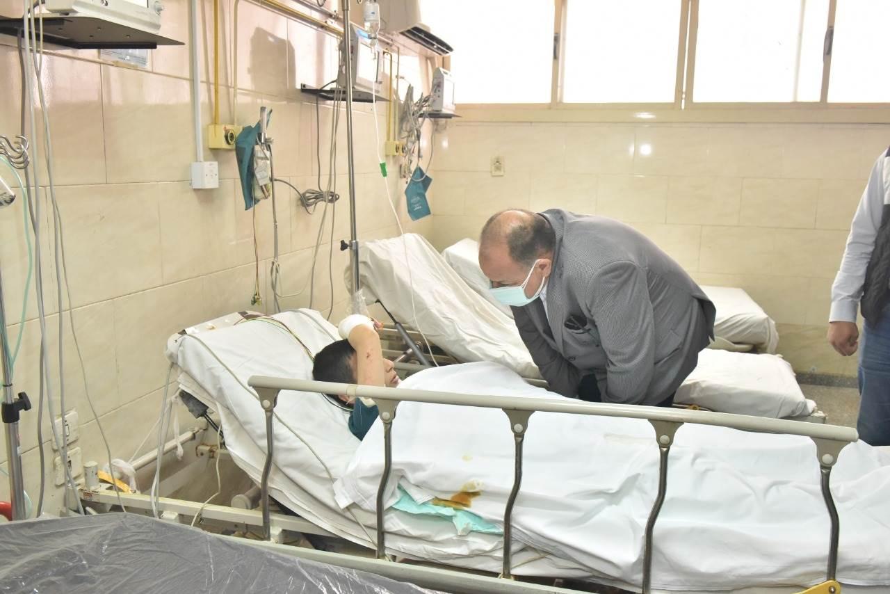 محافظ أسيوط يزور مصابى حادث تصادم طريق البحر الأحمر بالمستشفى الجامعي
