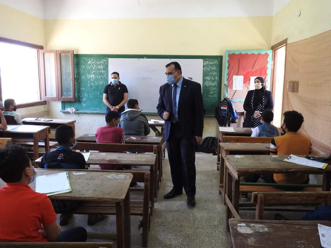 مدير تعليم المنوفية يتابع الاختبارات المجمعة لصفوف النقل للمرحلة الإعدادية والثانوية