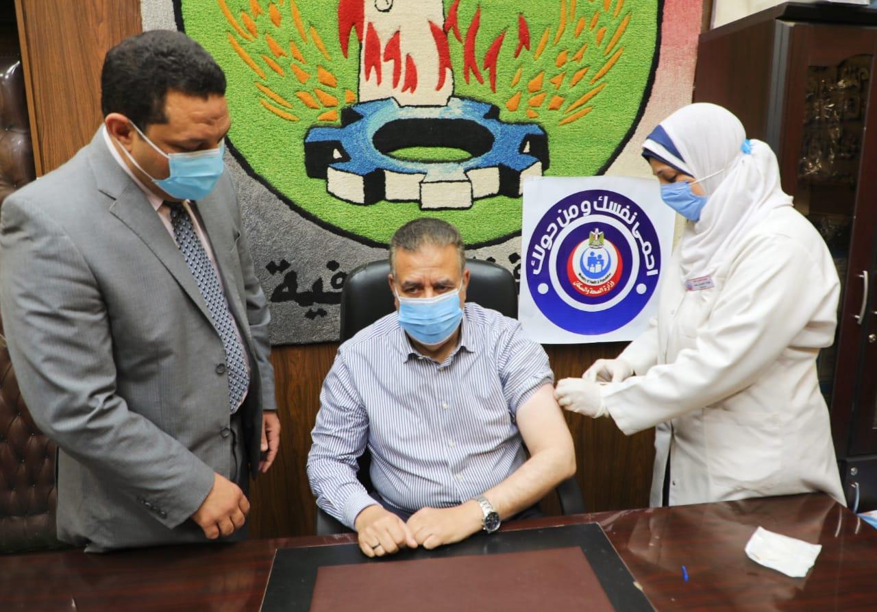 محافظ المنوفية يتلقي لقاح كورونا ويناشد المواطنين بسرعة التسجيل لتلقي اللقاح حفاظاً علي صحتهم وسلامتهم