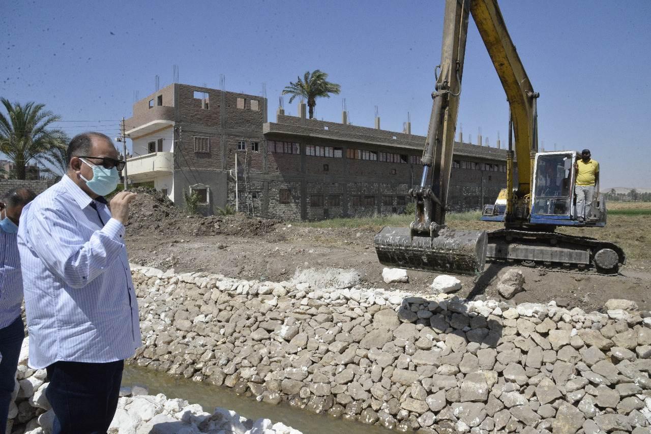 محافظ أسيوط يتفقد أعمال تبطين ترعة مسارة العمومية بديروط