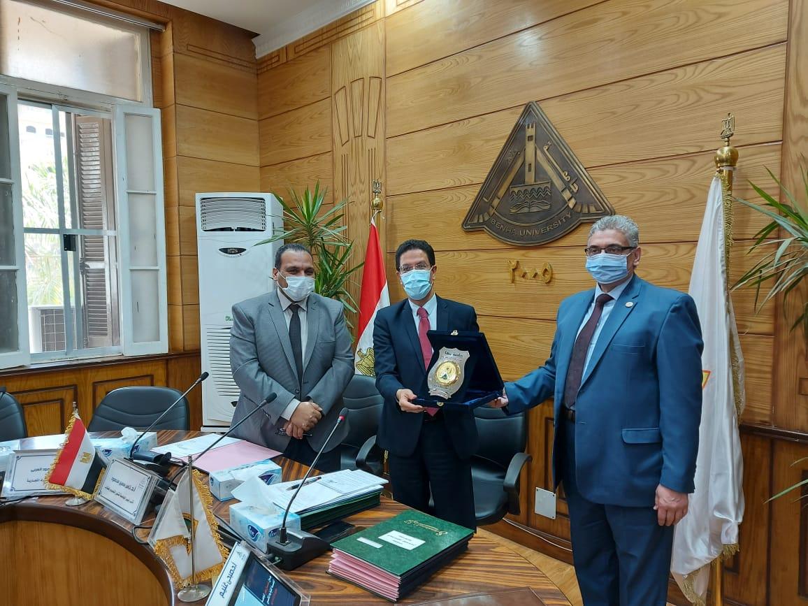 مجلس جامعة بنها يكرم عميد كلية الطب لبلوغه السن القانونية