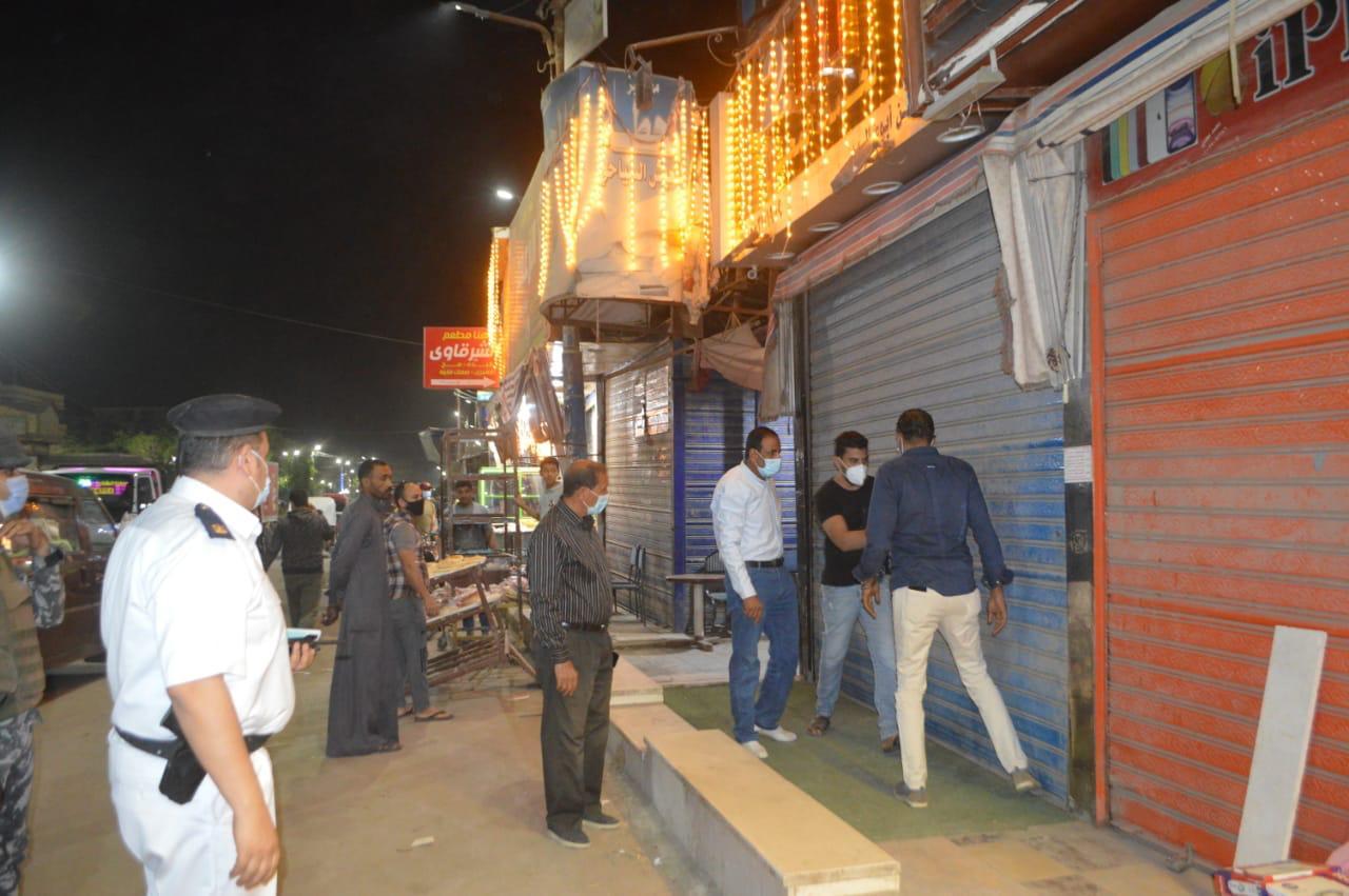 """""""الفيوم"""": غلق 65 مقهى وورشة ومحل تجاري لعدم الالتزام بالإجراءات الاحترازية والمواعيد المقررة"""
