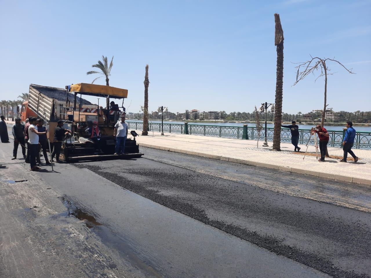 """محافظ دمياط: """"بدء أعمال الرصف بالأسفلت للمرحلة الأولى من طريق كورنيش النيل ضمن عمليات التطوير"""""""