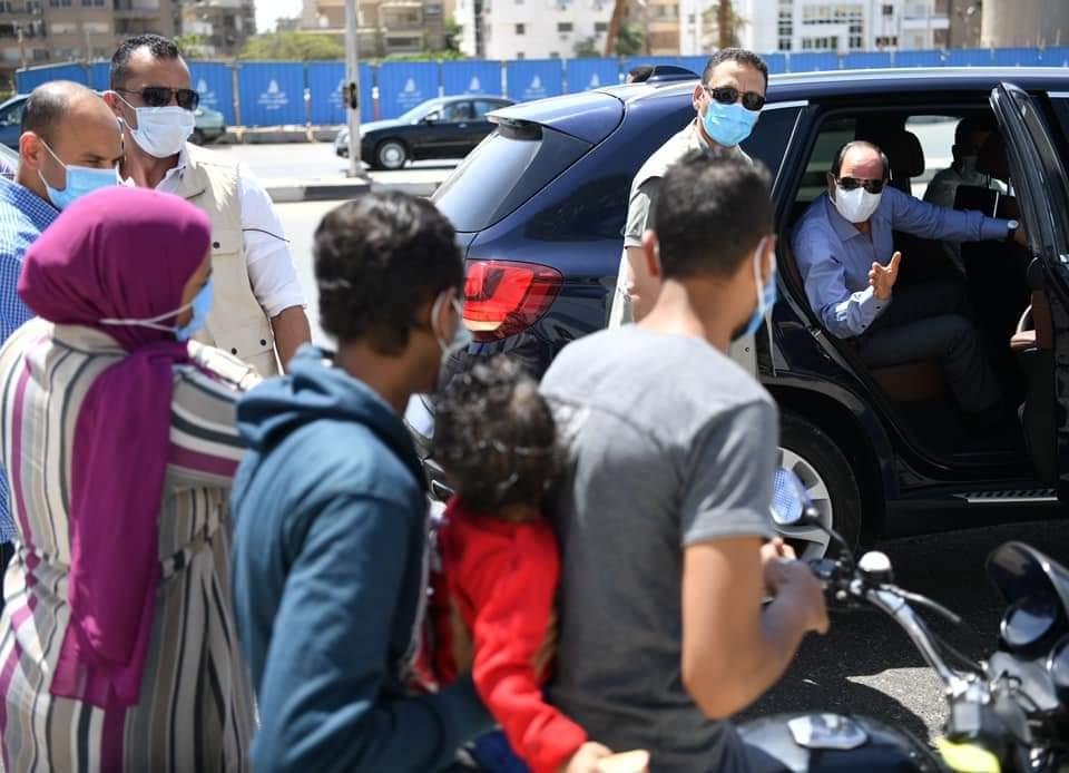 الرئيس السيسى يستوقف بعض المواطنين بدراجة بخارية ليطمئن على أحوالهم اثناء تفقده مشروعات الطرق والكبارى شرق القاهره.
