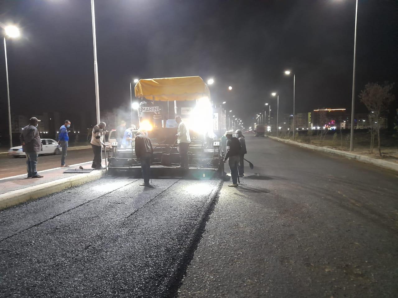 محافظ بورسعيد : استمرار العمل في رصف الطريق الرابط بين المنطقة الصناعية ومحور 30 يونيو
