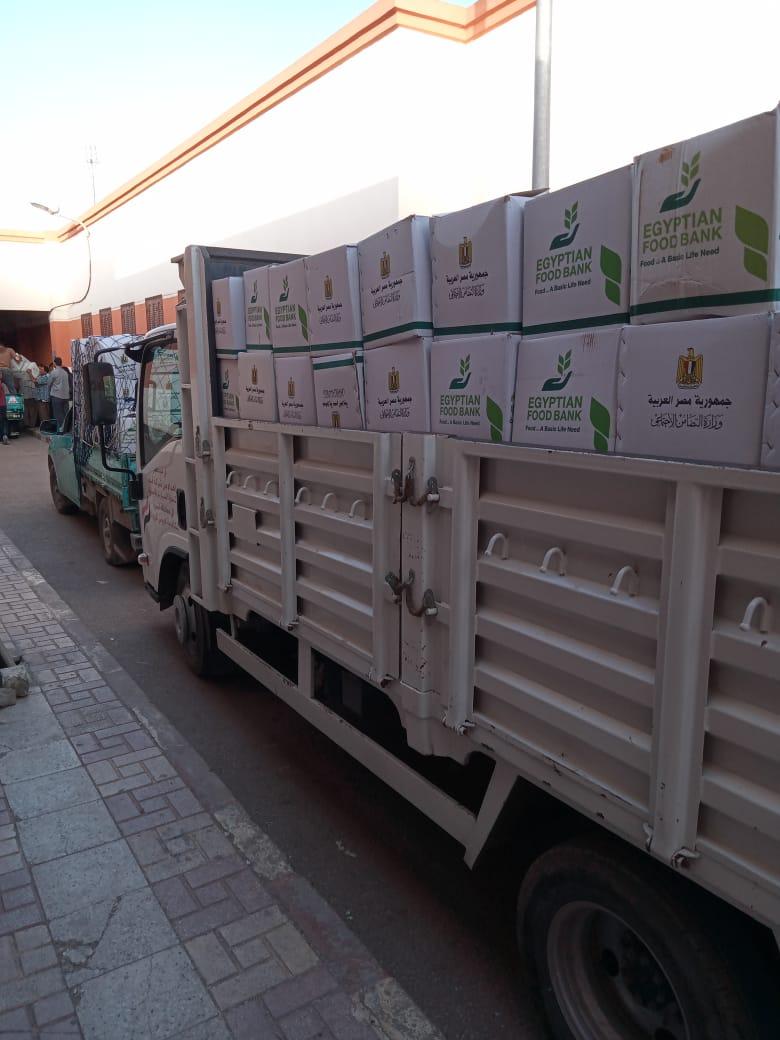 إستلام ٢٠ الف كرتونة مواد غذائية جارى توزيعها على مستحقيها بقرى ونجوع مبادرة حياة كريمة بالبحيرة
