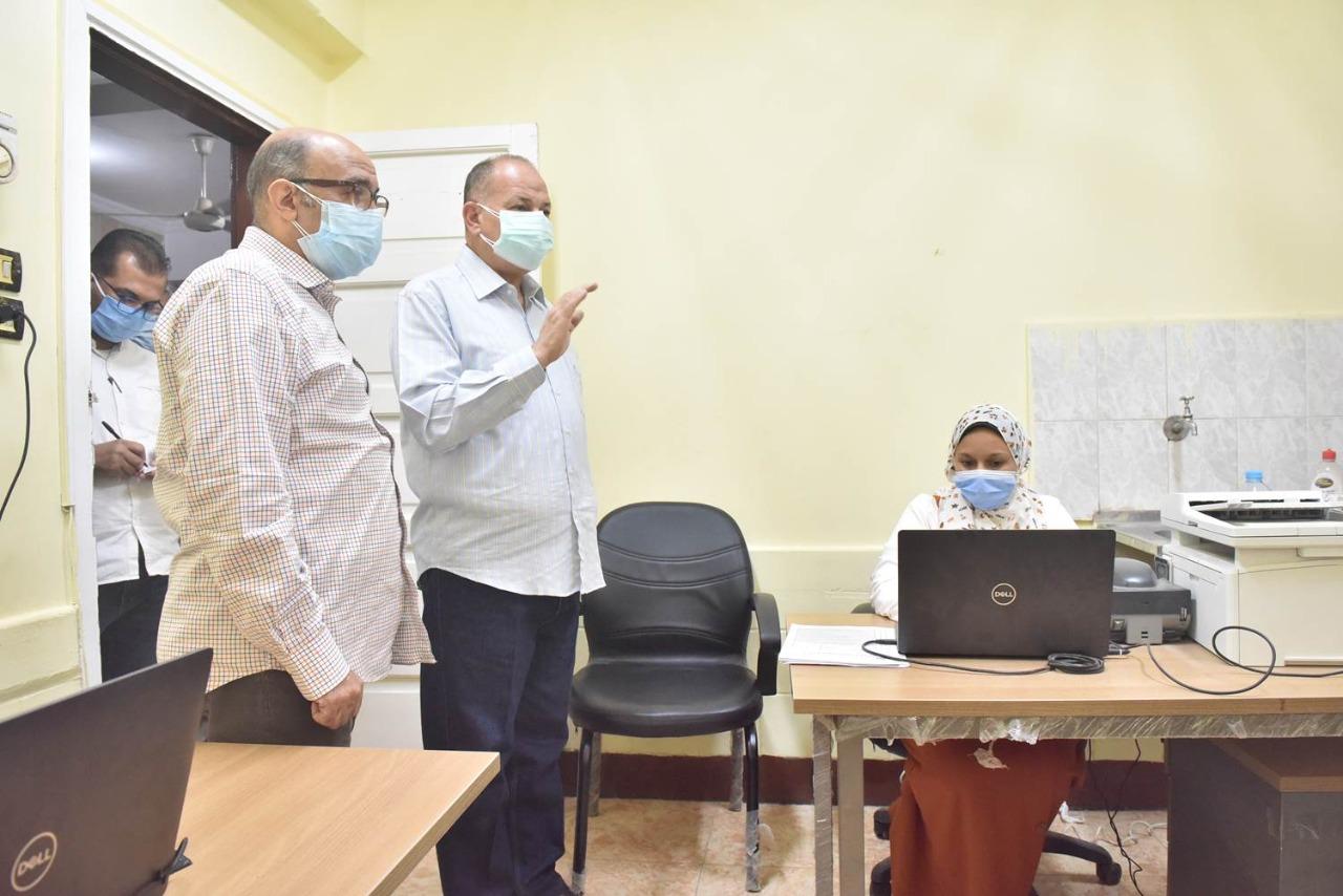 محافظ أسيوط يتفقد سير العمل بمركز تطعيم المواطنين بلقاح كورونا بالمركز الصحي الحضري بالوليدية