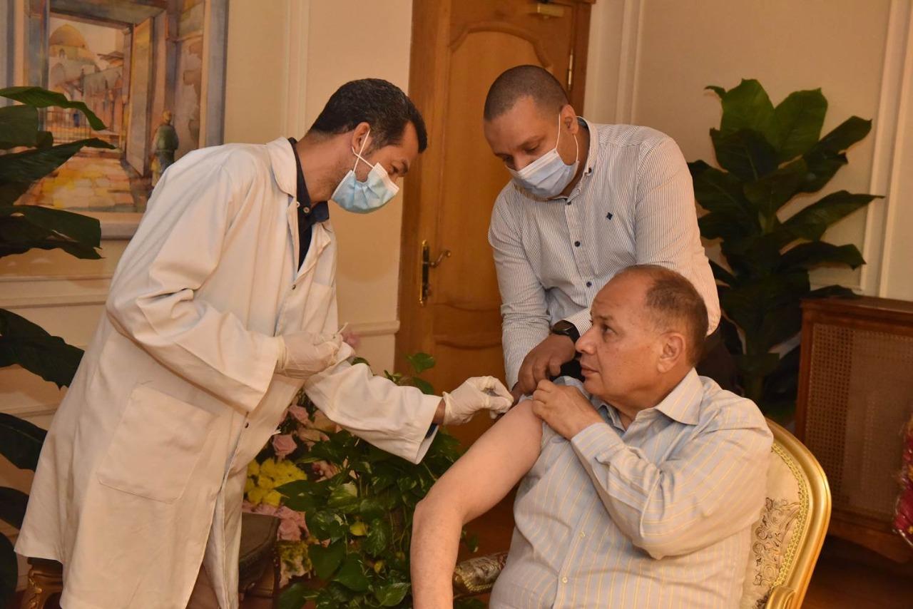 محافظ أسيوط يتلقى الجرعة الأولى من لقاح كورونا ويدعو المواطنين بسرعة التسجيل لتلقي اللقاح