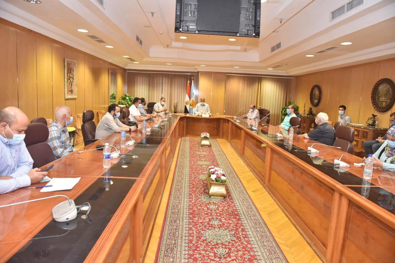 محافظ أسيوط يعقد اجتماعًا مع مديري المستشفيات المركزية والعامة والحميات على مستوى المحافظة