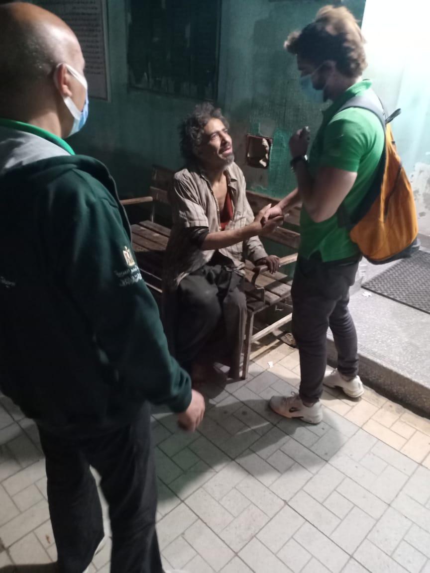 فريق الأطفال والكبار بلا مأوى ينقذ شابًا بالقاهرة.. وإيداعه بمستشفى العباسية لتلقي كافة أوجه الرعاية الصحية والاجتماعية