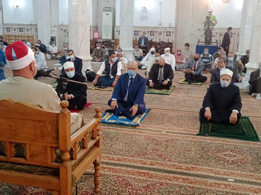 نائبًا عن الرئيس  محافظ القاهرة يؤدى صلاة الجمعة الأخيرة بمسجد السيدة نفيسة