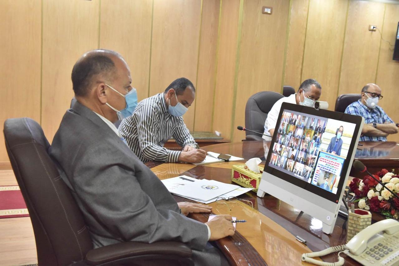 محافظ أسيوط يطمئن رئيس الوزراء على الوضع الصحي بالمحافظة وتوافر السلع التموينية والأساسية