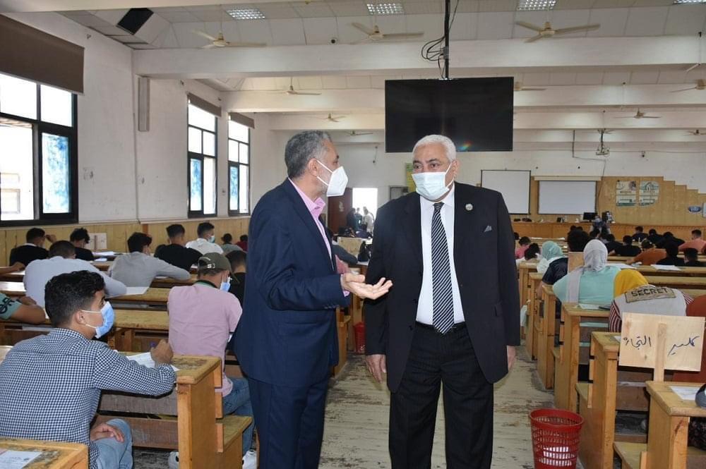 رئيس جامعة مدينة السادات يتفقد امتحانات الفصل الدراسي الثاني