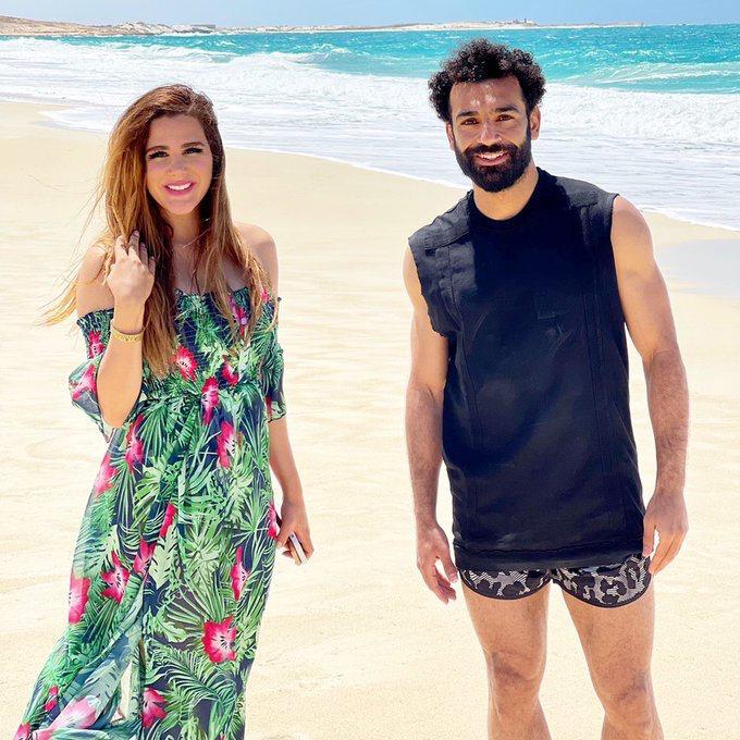 محمد صلاح مع زوجة رامى صبرى  على الشاطئ