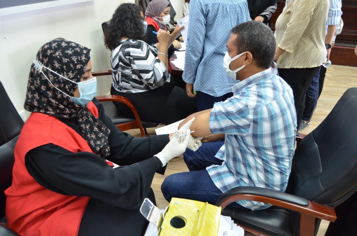 تلقى أعضاء هيئة التدريس والموظفين  بكلية التربية بالغردقة  لقاح التطعيم ضد فيروس كورونا المستجد