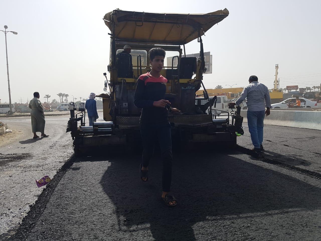 """رئيس جهاز """"دمياط الجديدة"""" يتفقد أعمال رفع كفاءة وتطوير الطريق الرئيسى الواصل بين المدينة والميناء"""