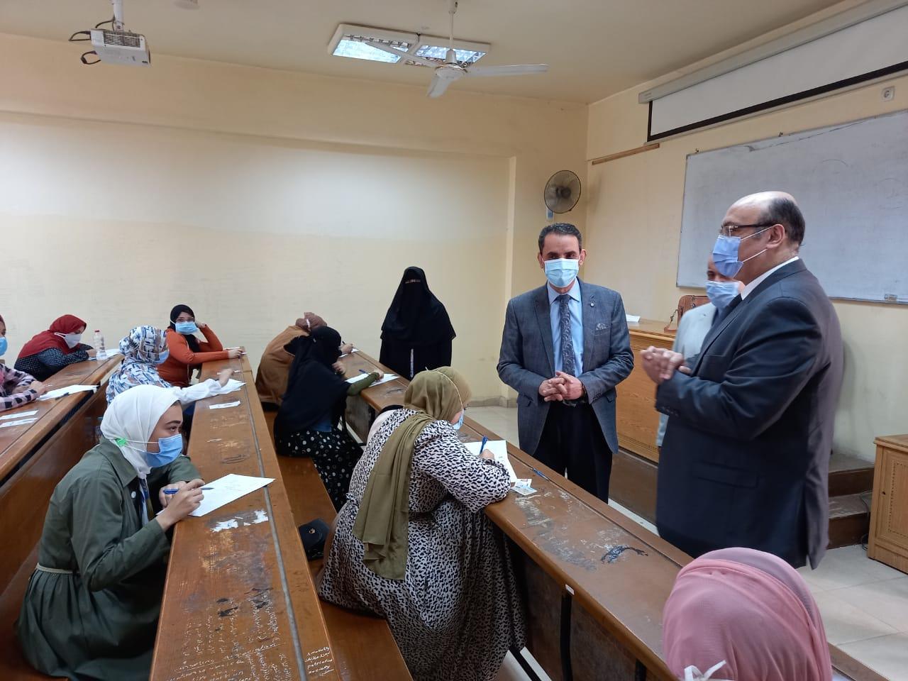 نائب رئيس جامعة المنصورة يتفقد اختبارات الفصل الدراسي الثاني 2020- 2021م