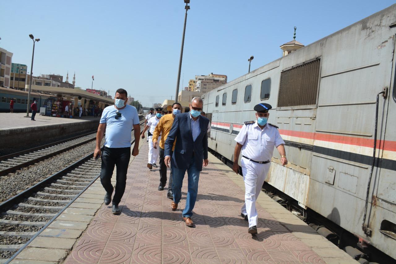 محافظ القليوبية يتابع انتظام حركة القطارات على محطة بنها