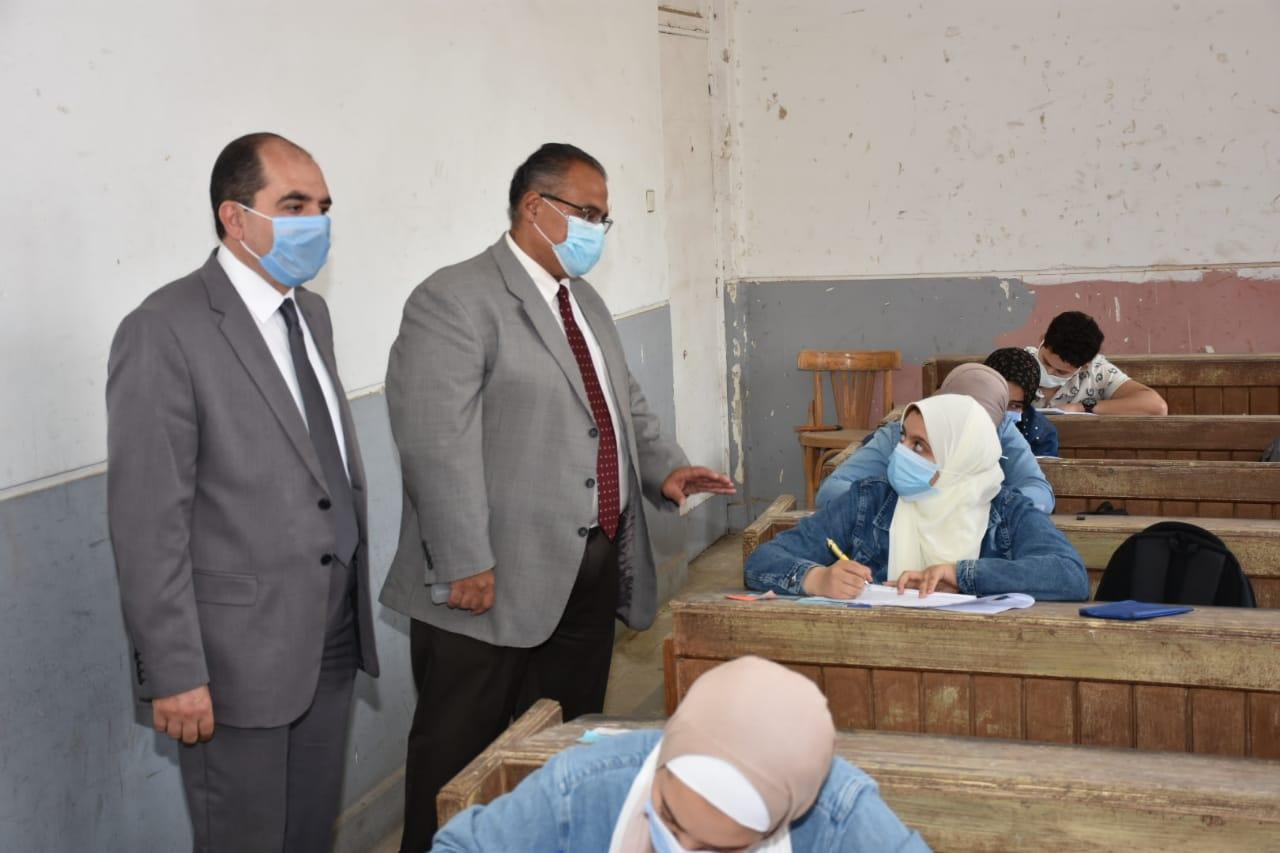 بالصور جولة تفقدية لنائب رئيس جامعة عين شمس لبدء  الامتحانات النظرية بكلية العلوم