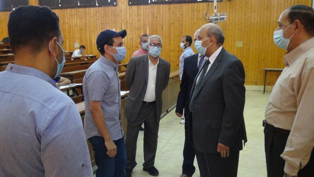 """رئيس جامعة المنيا يتفقد لجان امتحانات نهاية الفصل الدراسي الثاني بكليتي """"الهندسة"""" و """"طب الأسنان"""""""