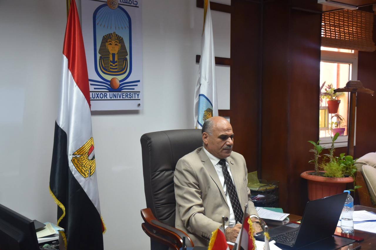عبر الفيديو كونفرانس .. رئيس جامعة الأقصر يشارك في اجتماع المجلس الأعلى لشئون خدمة المجتمع