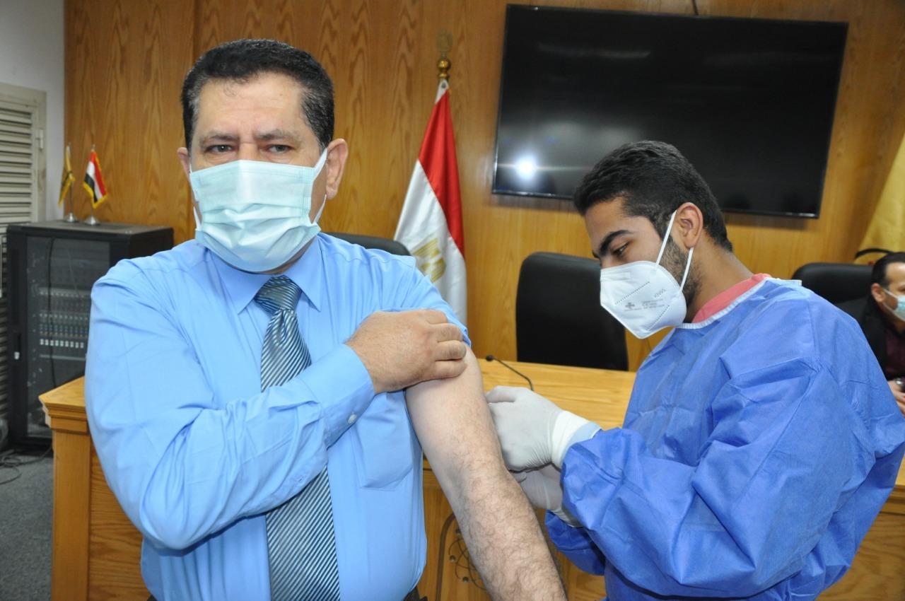 جامعة حلوان تبدأ حملة التطعيم بلقاح كورونا لمنتسبيها