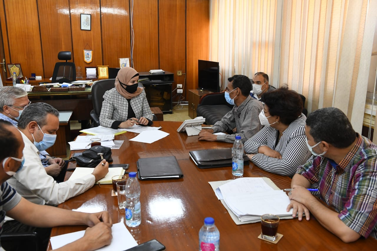 السكرتير العام المساعد تعقد اجتماع لمتابعة الموقف التنفيذي لإحلال وتجديد مجمع الصناعات الصغيرة بقنا