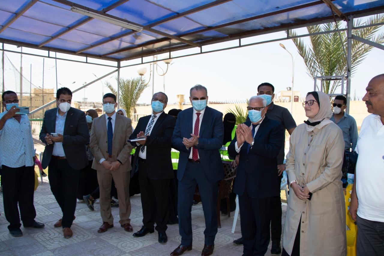 محافظ بورسعيد والمدير التنفيذى لصندوق تطوير العشوائيات يتفقدان مركز شباب القابوطى بحى الضواحى