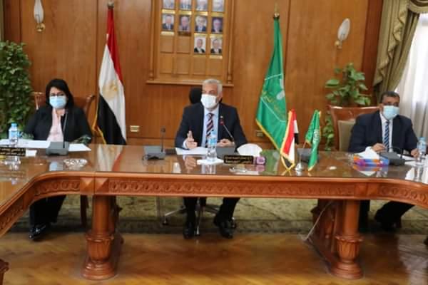 رئيس  جامعة المنوفية يعقد اجتماعا بأعضاء  مركز الدراسات الاستراتيجية وإعداد القادة