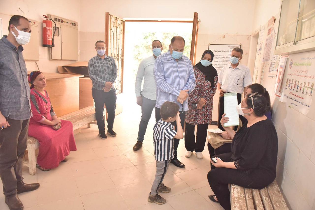 محافظ أسيوط يتفقد مركز الرعاية الصحية الأولية بقرية السراقنا بالقوصية