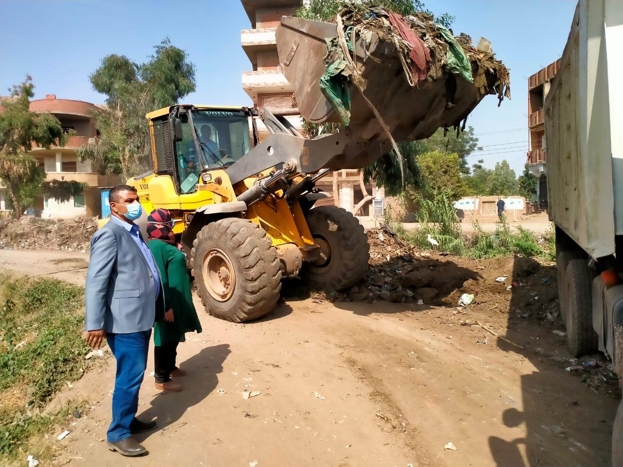 رفع كافة تراكمات القمامة ونواتج الهدم بقرية كفر أبو الحسن بقويسنا والمتابعة اليومية لأعمال النظافة حفاظاً على المظهر الحضارى