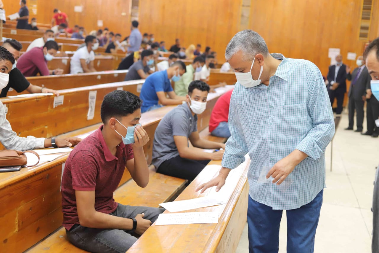 رئيس جامعة جنوب الوادي يؤكد على حرصه لمتابعة لجان الامتحانات يوميا