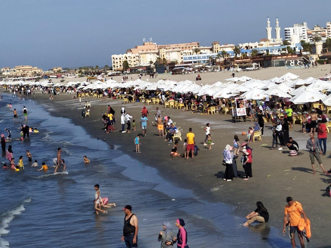 شاطي بورسعيد يشهد اقبالا كبيرا من المواطنيين وانتشار 60 منقذًا بطول الشواطئ