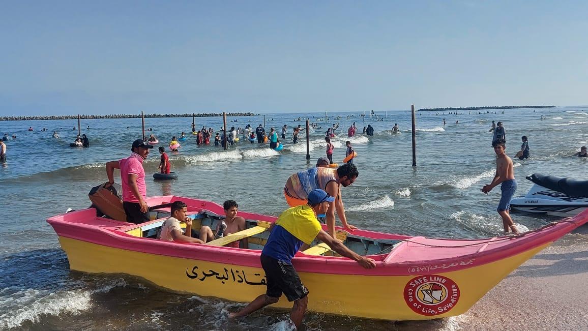 شواطئ رأس البر تستقبل زائريها وسط إجراءات وقائية واحترازية وتواجد مكثف لرجال الإنقاذ وكافة الخدمات