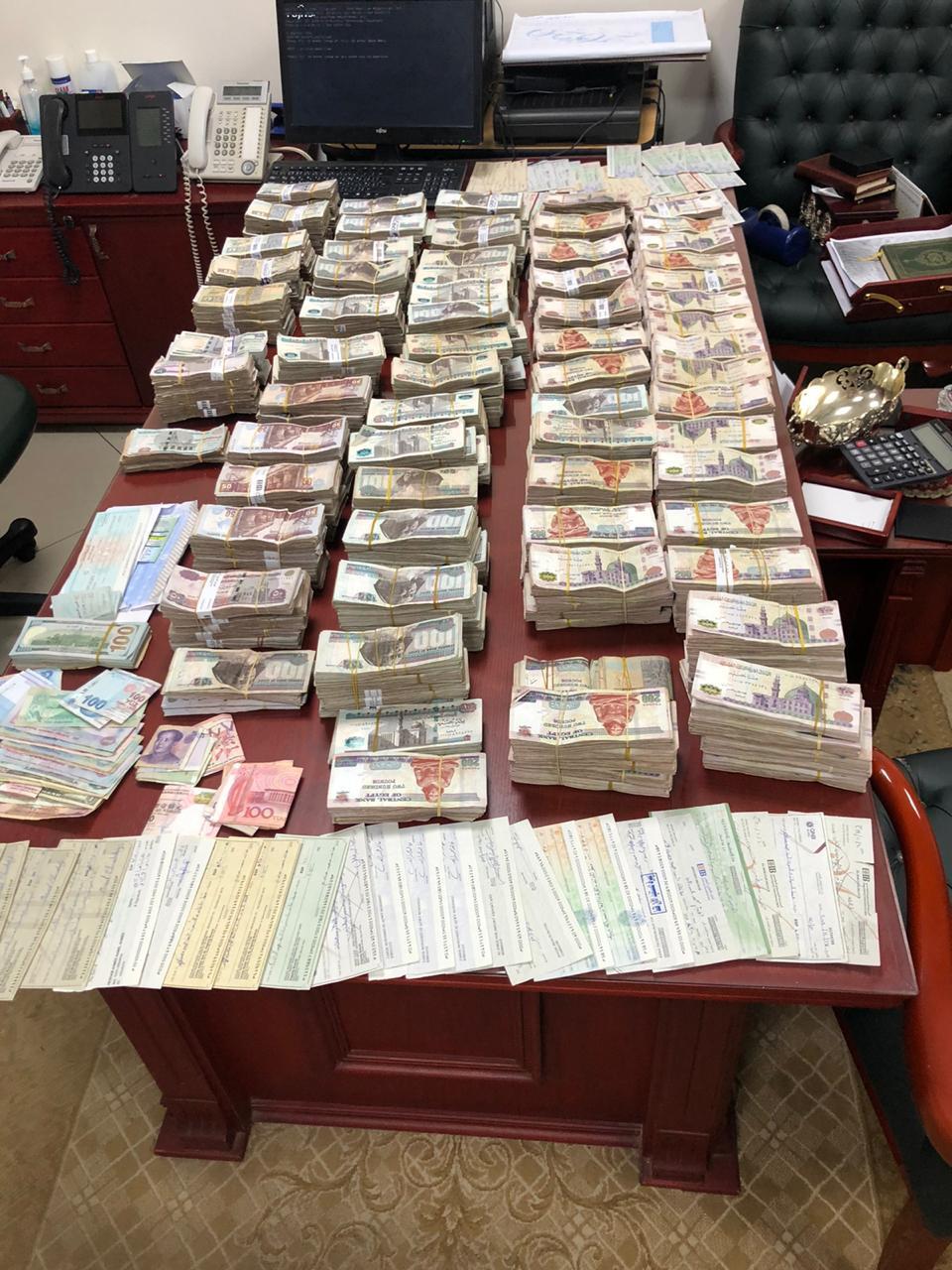 ضبط موظف بإحدى الوحدات المحلية  لإختلاس مبالغ مالية من جهة عمله بسوهاج